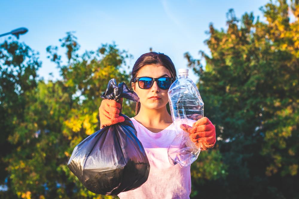 Frau sammelt Müll in der Natur